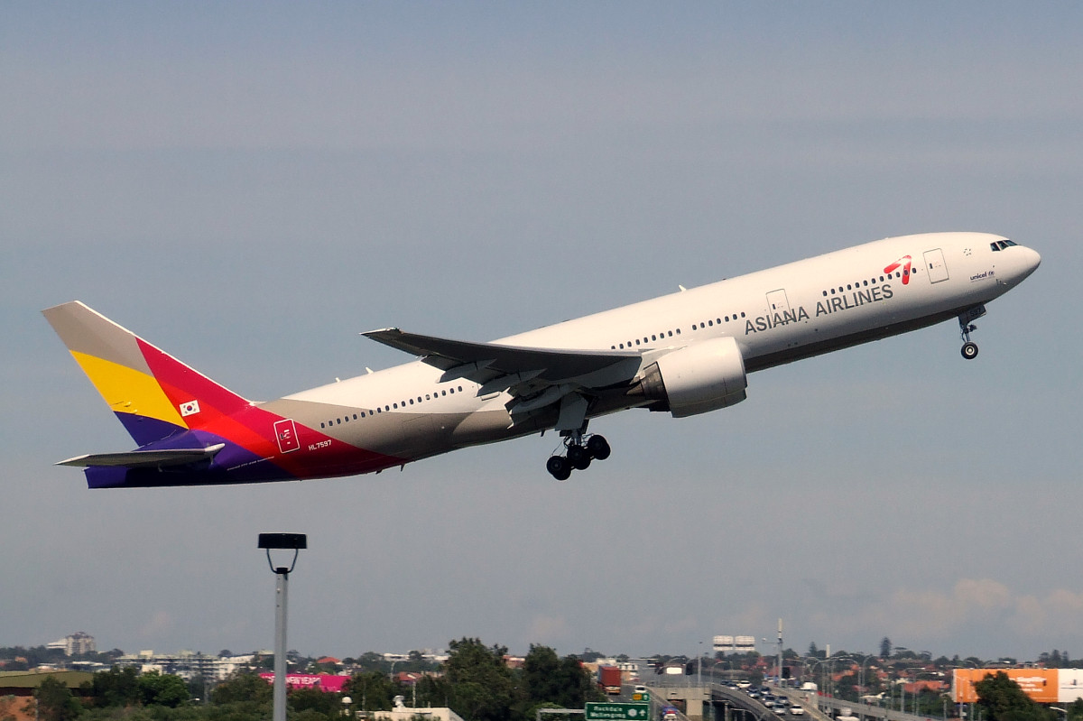 File-Asiana_B772_HL7597_(cropped)